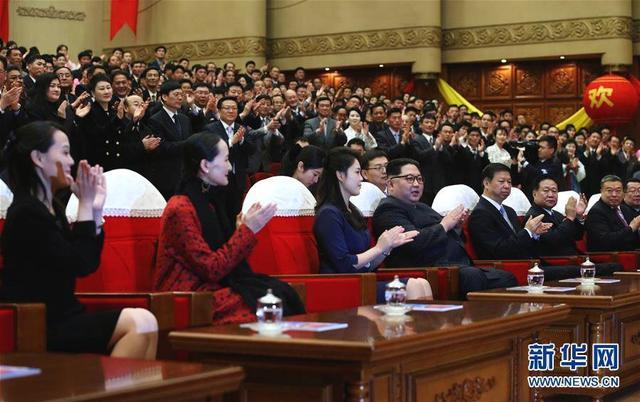 4月16日,朝鲜劳动党委员长、国务委员会委员长金正恩和夫人李雪主在平壤观看中国艺术团演出的芭蕾舞剧《红色娘子军》。 新华社记者 姚大伟 摄