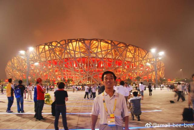2018年8月8日,网友@small-bee-bee发文表示:08年去看奥运,在水立方外碰到一位农民工叔叔,他腼腆的走过来问能不能帮他拍照。叔叔是奥运场馆的一线建设者,想在离开北京前留个念,最后留下地址让我把照片寄到他老家。