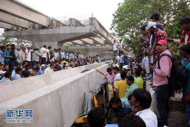 5月15日,在印度北方邦瓦拉纳西地区,人们聚集在立交桥垮塌现场。当日,瓦拉纳西地区发生一座在建的立交桥部分垮塌事故,造成至少16人死亡,另有多人被埋。 新华社 发