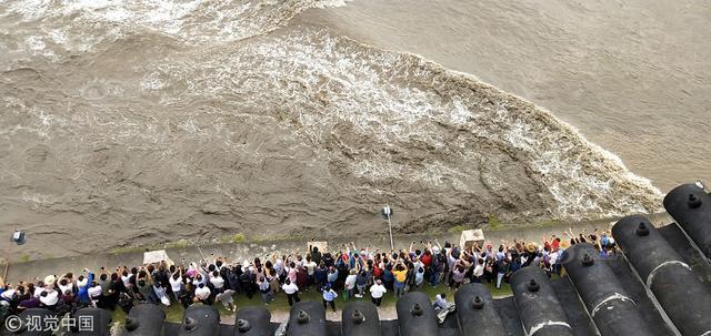 9月27日,农历八月十八,是钱塘江潮水最大的时候,一线潮、交叉潮、冲天潮,吸引着数万观潮者驻足钱塘江两岸。