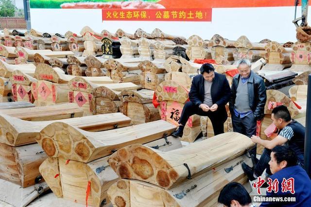 近日,江西省鄱阳县村民自愿上交近500口寿棺,在群众的监督下集中销毁,并送往当地一生物质能火力发电厂回炉焚烧发电。卓忠伟摄