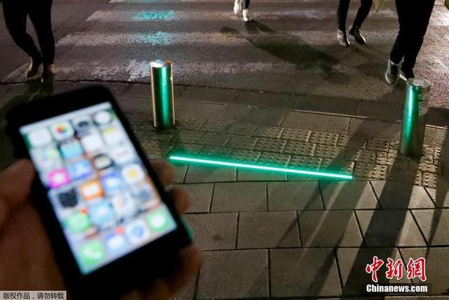 当地时间3月12日,以色列特拉维夫沿海地区街道出现了一批安装在地面的LED交通信号灯。