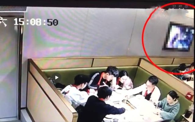 近日,湖北武汉,海底捞江汉路店食客用餐时,墙上电视突然播放不雅视频。图为监控画面。来源:梨视频