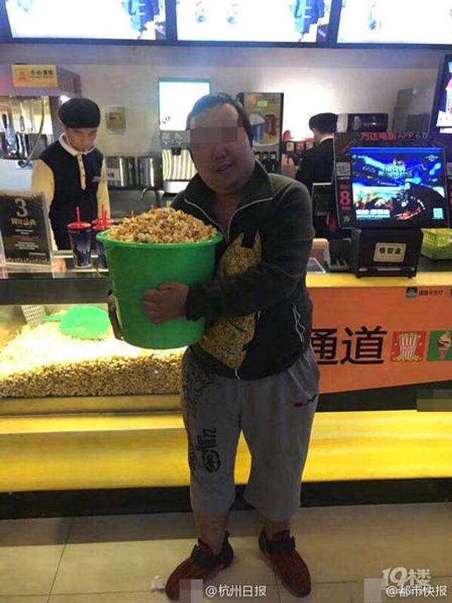 """12月5日,杭州某商城店庆举办""""10元钱畅吃爆米花""""活动,民众可以自带容器,想装多少装多少。然后,不少民众带上洗衣桶和油漆桶等等。图文:杭州日报 都市快报"""
