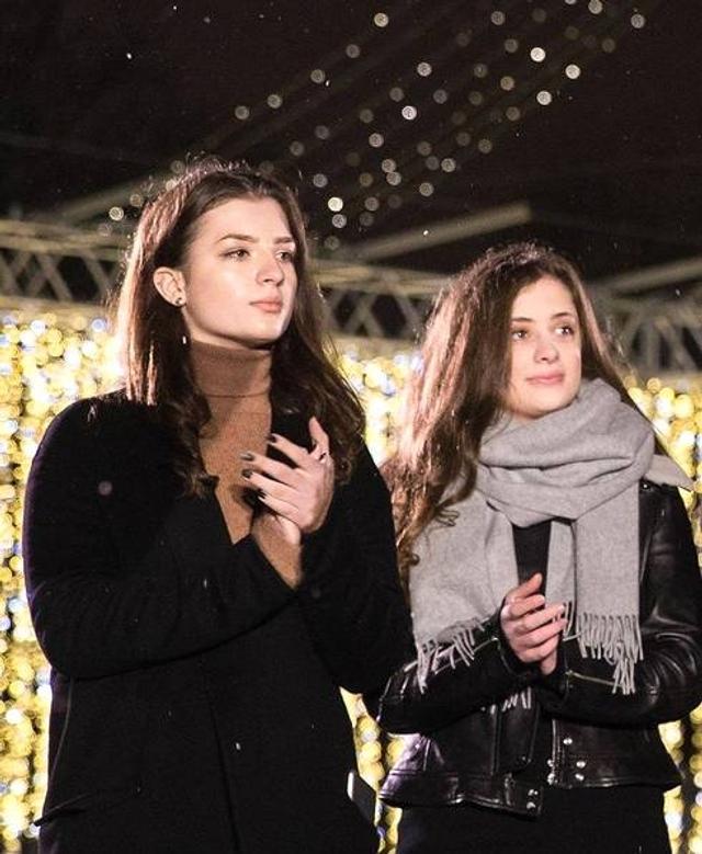 当地时间1月9日,乌克兰总统波罗申科在脸书上发布双胞胎女儿热尼娅和萨莎的近照,祝贺她们18岁生日快乐。