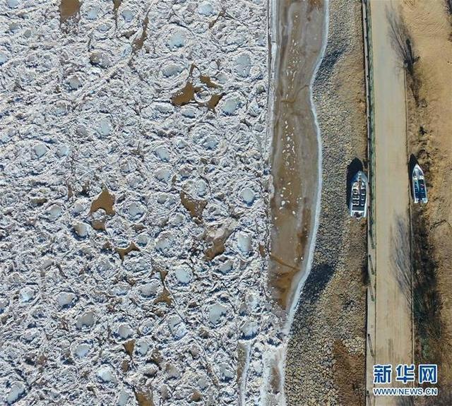 这是12月5日拍摄的黄河内蒙古托克托县封冻河段。12月4日上午8时,受较强冷空气影响,黄河内蒙古段头道拐断面上游4000米处(托克托县什四份子险工段)首次封河。来源:新华网