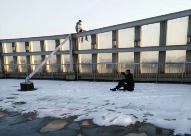 1月13日报道,9日下午15时许,正在入户走访的江苏徐州市公安局云龙分局狮子山派出所副所长郑浩接到电话称,有人在云龙万达广场A座写字楼楼顶准备跳楼,请他赶紧来支援处置。郑浩带领队员紧急赶到现场,由于电梯载人太多速度较慢,顶上几层就直接走消防楼梯一口气跑向19楼顶部。图文:中国新闻网