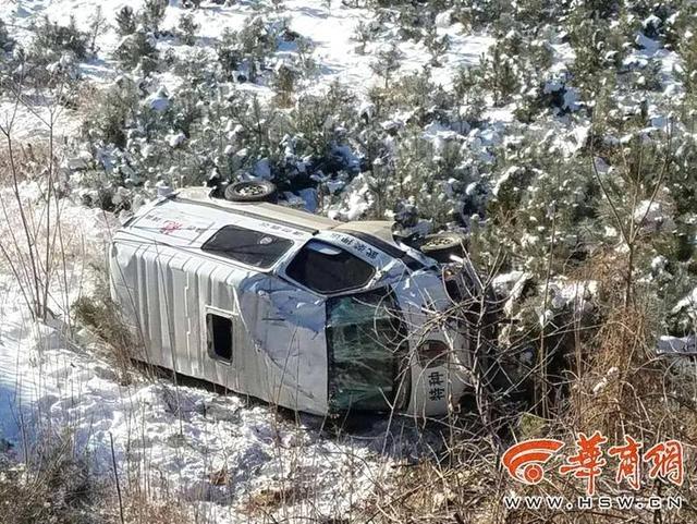 1月10日上午10时许,陕西甘泉县一辆运钞车翻入20多米深沟,导致一名司机和两名押运员受伤,事发后,车上的现金和押运员的枪支被及时转移。图文:华商报