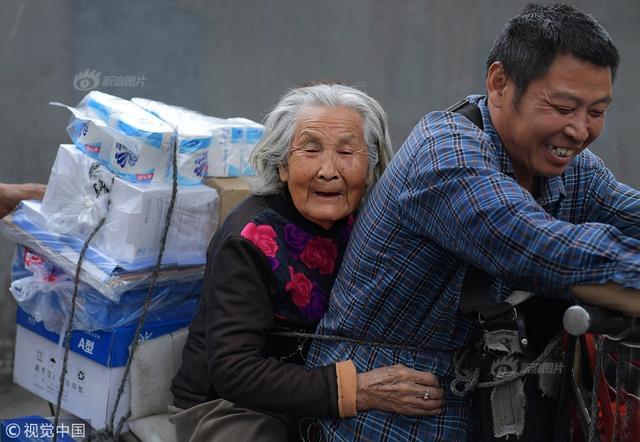 为了尽孝谋生两不误,53岁的货郎蔡玉俊,每天驮着92岁身患老年痴呆的母亲,穿梭在成都大街小巷,奔波于商家与客户之间。20年前为了养家糊口,蔡玉俊夫妇将两个娃托付给乡下老母,从老家遂宁来成都打拼。夫妻两一直在电脑城周围为商家跑腿送货。