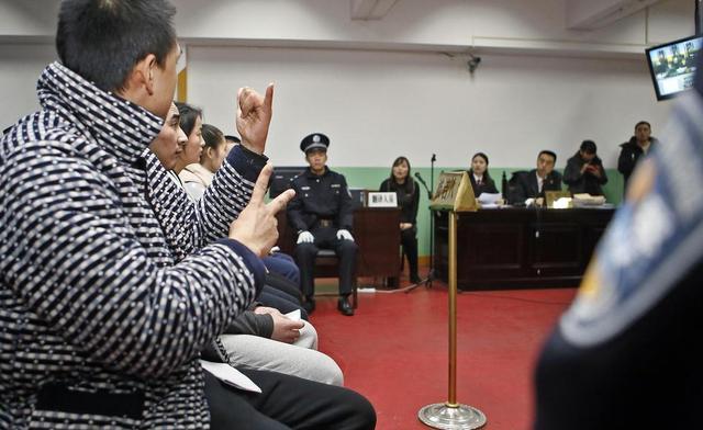 12月6日报道,12月5日,西安,以介绍工作的名义,青海等地的多名聋哑残疾人被带到西安后,却被同为聋哑人的团伙逼迫上街乞讨,完不成就遭训斥、威胁,期间,两名被骗者反变成了从犯。今天上午,莲湖区法院开庭审理并当庭判决,5名被告人均被判处有期徒刑。