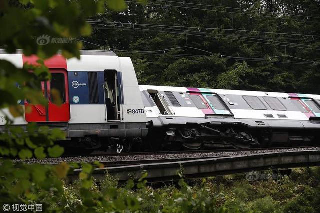 当地时间2018年6月12日,法国巴黎西南郊区,连续几日暴雨致路堤坍塌,一辆市郊火车在巴黎郊外翻车,三节车厢脱轨,造成七人受伤,包括一名孕妇。供图:视觉中国