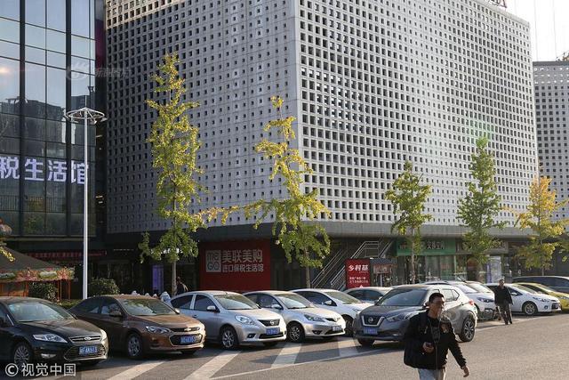 """2018年11月9日,重庆,江北区路边有一幢十分奇特的大楼,这幢大楼四周立面上满是大大小小的""""孔洞"""",被周围路过的市民戏称为""""洞洞大楼""""。"""