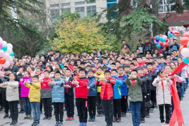 """2018年12月5日,江苏南通,如皋师范学校附属小学举行""""仁礼相承""""十岁成长礼活动。800多名学生、家长、老师参加典礼。本届成长礼的主题""""感恩、责任、担当、成长"""",通过""""剧+表演""""的新形式,感恩父母的养育,感谢老师的教诲,分享成长的快乐,宣誓未来的担当。"""