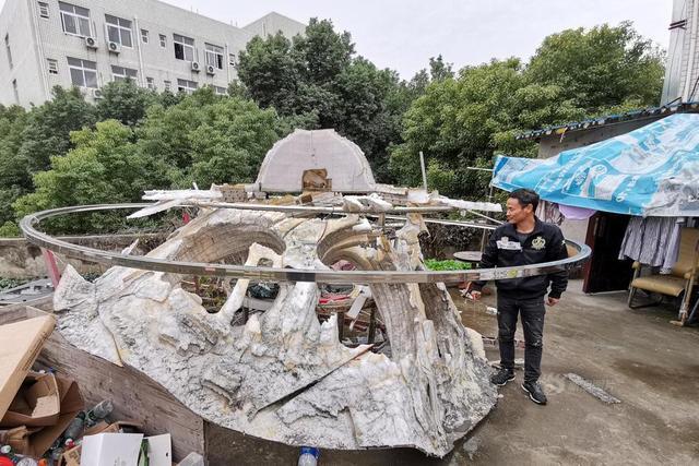 """12月2日晚11点多,在武汉东湖新技术开发区光谷四路、高新五路交汇处的一块空地上,一个闪耀着蓝色光芒的""""飞碟""""升空,持续飞行了80多秒钟后,缓缓降落到地面上。这个""""飞碟"""",是舒满胜花费2个月时间、耗资15万余元打造的。他告诉记者,试飞结果表明,该飞碟的整体设计是合理的,动力、控制等分系统也能可靠工作。      然而,""""飞碟""""平稳落地,并未平息自制""""飞碟""""这件事引发的巨大争议。民航管理部门回应,舒满胜的行为已涉嫌违法——自制飞行器上天须申请试航证,舒满胜并未申报。同时,上述试飞行为十分危险,可能引发安全事故。"""