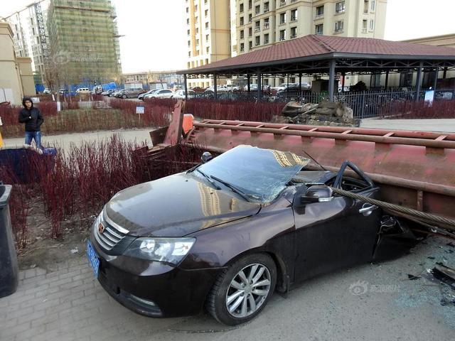 2018年12月6日,哈尔滨,呼兰区和谐路元家回迁楼C36栋旁某建筑工地打桩机突然倒塌,砸中小区内4辆私家车,所幸车内无人。