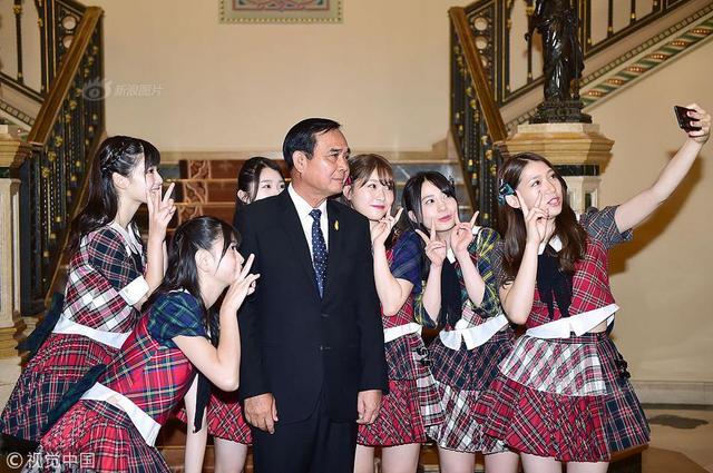 当地时间2018年9月13日,泰国曼谷,泰国总理巴育在政府大楼接见日本偶像团体AKB48。