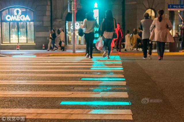 2018年10月10日,上海首条会发光人行道十一期间在外滩投入使用。当天傍晚在陈毅广场附近看到,南京东路与中山东一路交汇处的两侧人行道上,发光地砖的颜色与行人信号灯颜色同步变化:绿灯时,发光地砖显示为闪烁的绿色;红灯时,发光地砖则切换为红色。
