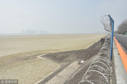 杭州钱塘江下沙沿岸显露滩涂 江面出现几十公里沙坎数年未见