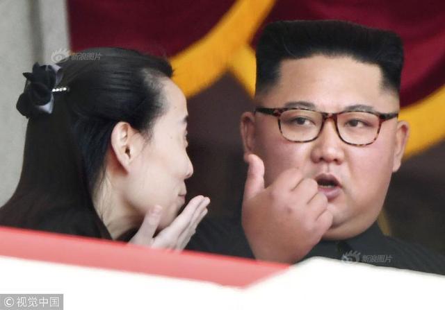 当地时间2018年9月9日,朝鲜平壤,朝鲜举行阅兵庆祝建国70周年,金正恩与妹妹金与正观礼。