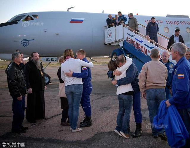 """10月12日报道,当地时间10月11日,哈萨克斯坦拜科努尔,俄罗斯""""联盟MS-10""""飞船升空后发生故障,两名宇航员在启动紧急逃生系统后,返回陆地降落在哈萨克斯坦境内。今日俄罗斯(RT)网站报道,目前,两名逃生宇航员已经顺利出仓,而且均没有受伤,感觉良好。"""