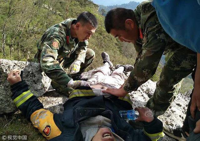 2018年9月12日,西安,救援人员赶往现场解救被困男子。游客郭某独自进入朱雀国家森林公园, 被困山中报警求助,景区及各方人士进山搜救。