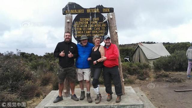 当地时间2018年10月5日,坦桑尼亚,48岁的科琳娜·赫顿完成了为期五天的乞力马扎罗登山之旅。