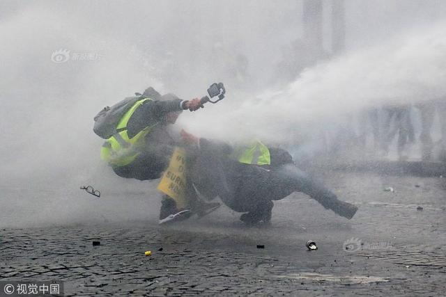 """当地时间2019年1月12日,法国巴黎,""""黄背心""""示威者发起新一轮示威抗议活动。"""