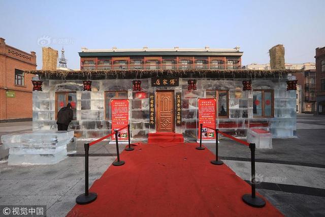2019年1月12日,黑龙江省哈尔滨市,位于道外巴洛克街区的冰屋子火锅店开始正式营业,来店内看新奇的人比食客多很多。