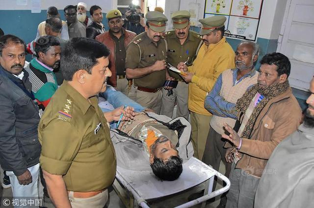 当地时间2019年2月10日,印度北方邦萨哈兰普尔,医院中因饮用假酒死亡的男子遗体。印度亚洲通讯社(IANS)援引当地政府的消息报道称,因饮用假酒,印度北部北方邦和北阿坎德邦3天内有97人死亡。