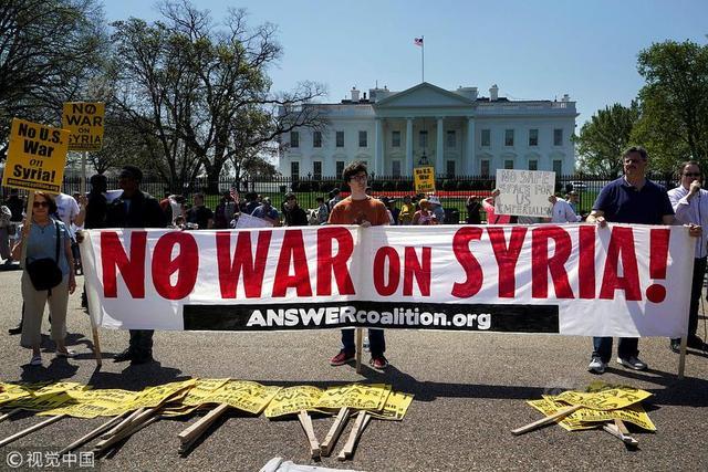 当地时间2018年4月14日,美国华盛顿,民众聚集在白宫前抗议美英法联军对叙利亚进行导弹打击。
