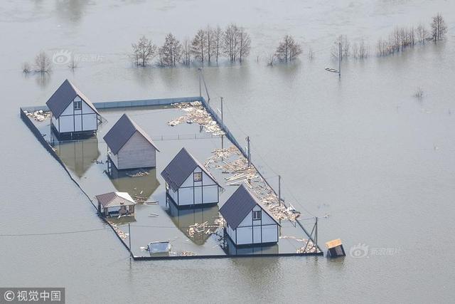 当地时间2018年4月15日,俄罗斯沃罗涅日州,当地一村落遭洪水侵袭。图片作者:TASS/视觉中国