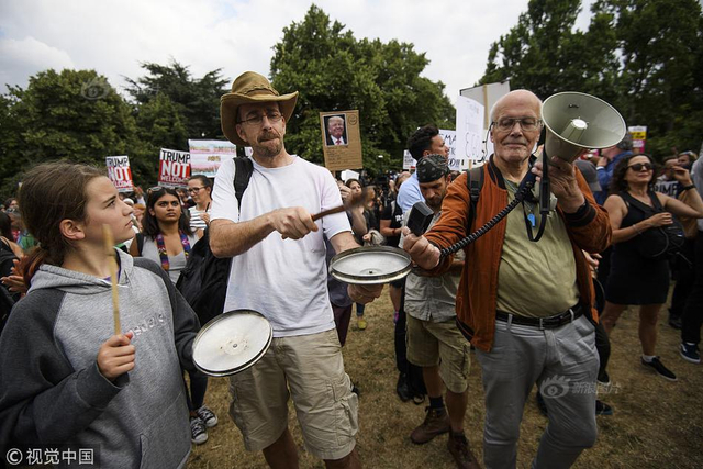 当地时间2018年7月12日,英国伦敦,英国民众在美国驻英大使官邸温菲尔德庄园外抗议特朗普。