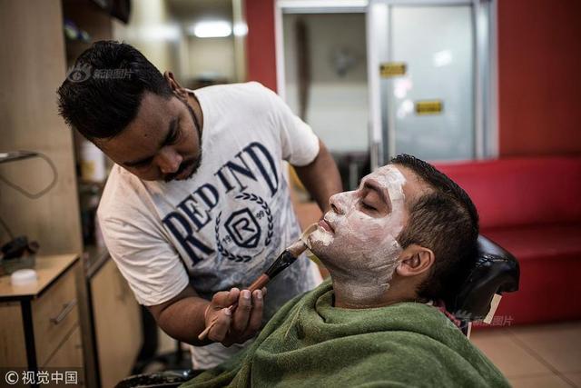 当地时间2018年7月3日,南非约翰尼斯堡,一名顾客在美容沙龙做皮肤美白的美容。
