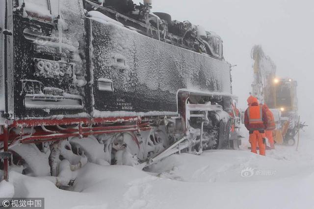 当地时间2019年1月9日,德国,德国多地遭遇强暴风雪天气,道路能见度低且积雪严重,交通事故频发。当地时间2019年1月9日,德国锡尔克,一辆蒸汽火车被大雪困住无法前进。