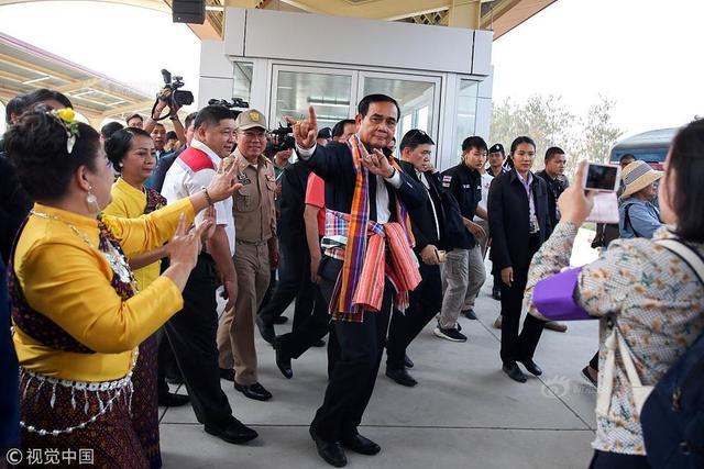 当地时间2019年3月13日,泰国孔敬,泰国总理巴育当天赴孔敬视察交通运输项目,并表演传统舞蹈与民众亲切交流。