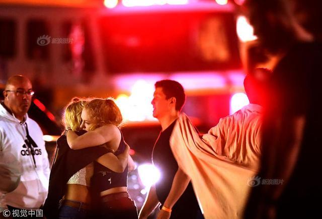 当地时间2018年11月8日,美国加州千橡市,当地一酒吧发生枪击案,据美国加利福尼亚州警方消息,该州南部一酒吧11月7日晚发生的枪击事件已造成至少13人死亡,多人受伤。 供图:视觉中国