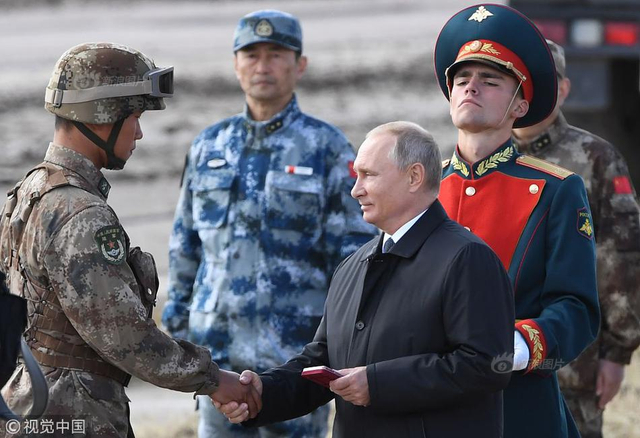 """当地时间2018年9月13日,俄罗斯东西伯利亚,""""东方-2018""""大规模军演,普京为表现优秀中国士兵颁奖。"""