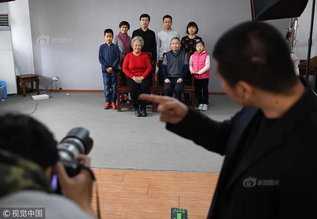 春节是团圆的日子,到哪儿最能体会一家人团圆幸福的味道,除了家就是春节里的照相馆。2月9日,北京一家老字号照相馆迎来了全家福拍摄的高峰,仅前门店一天就接待了300余个家庭。春节期间,这里的30多位摄影师全部停休,每天摄影棚里2万步的行走,只为让市民一家留下最美的瞬间,他们都是团圆的守望者。