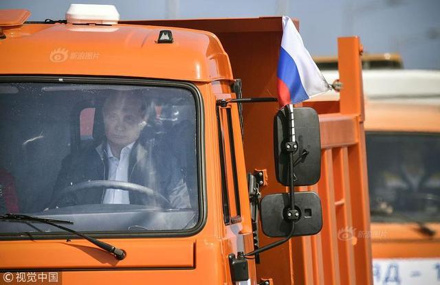 当地时间2018年5月15日,俄罗斯总统普京出席了跨刻赤海峡大桥公路部分通车仪式,驾车驶过大桥。这座大桥连接克里米亚和克拉斯诺达尔边疆区。普京驾驶一辆卡玛斯卡车,率领着由30辆卡车组成的车队驶过大桥。大桥将于5月16日开放汽车通行。