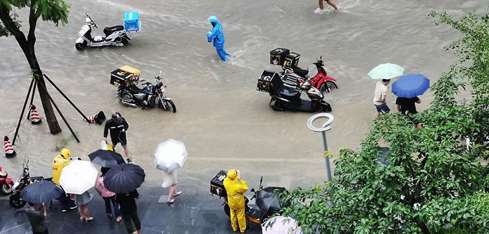 成都暴雨来袭城 外卖小哥涉水送餐