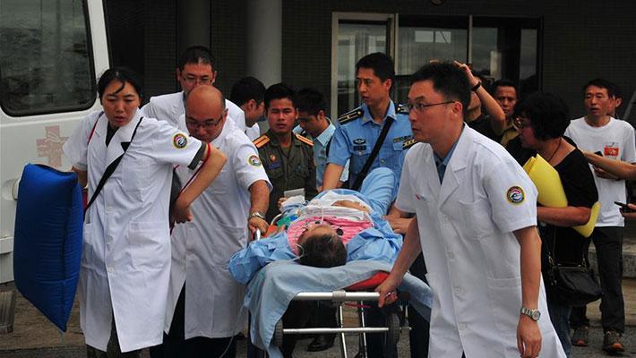 首批老挝车祸受伤中国人回国