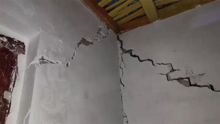 新疆遭6.4级地震 房屋现裂缝