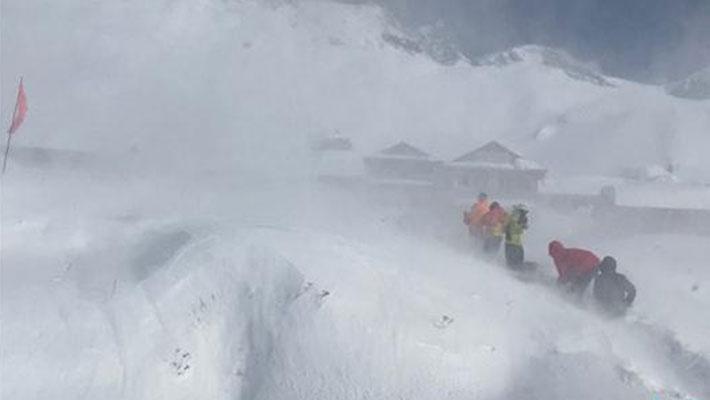 尼泊尔雪崩 登山者等待救援