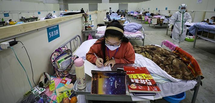 励志女生方舱医院坚持学习备战高考