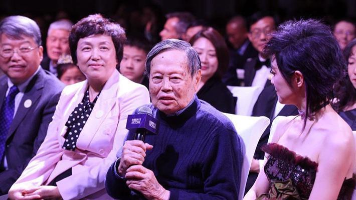 杨振宁现未来科学大奖颁奖礼