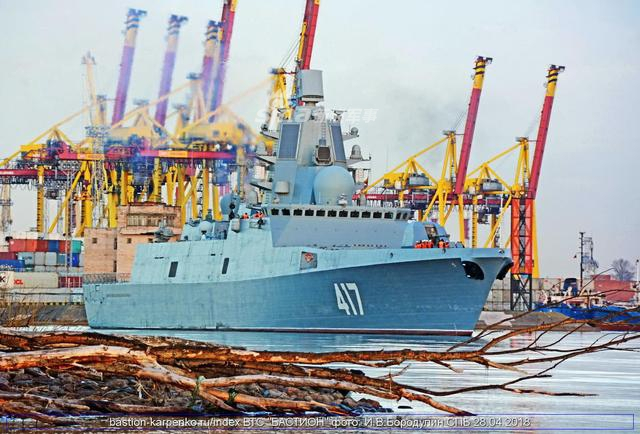 """2018年4月28日俄罗斯22350护卫舰的""""戈尔什科夫海军上将""""准备从圣彼得堡前往北方舰队。专家指出到达目的地后,它还将进行各种测试。(鼎盛军事)"""