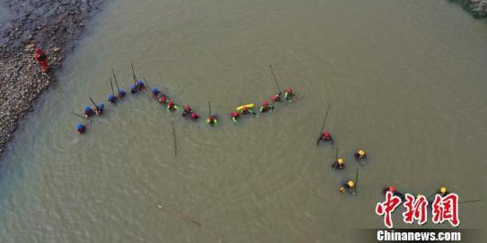 浙江安吉父子二人落水遇險 消防員施救被沖走失聯