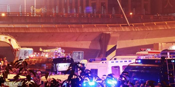 橋面側翻的312國道:大貨車像趕集一樣 一輛接一輛