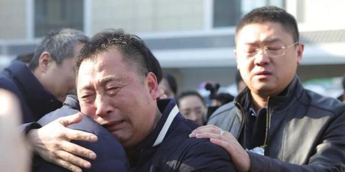 淚別民警別立福 930萬青島人送英雄最后一程(圖)