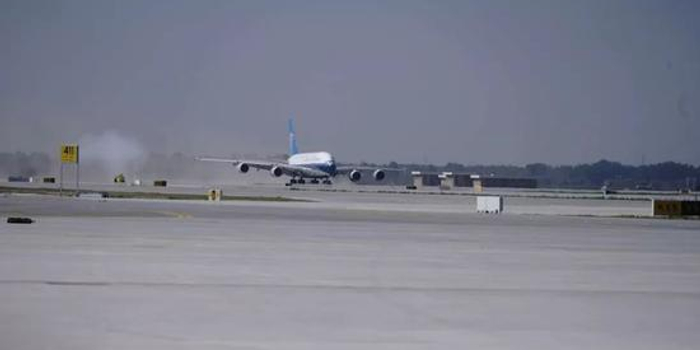 民航局長向機長獻花 第一架試飛飛機降落大興機場